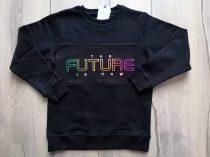 Next pulóver fekete, színes feliratos Új-címkés (128)